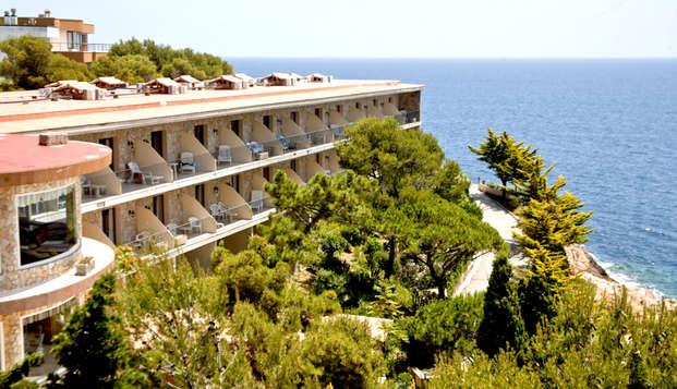 Oferta exclusiva: ¡gastronomía, relax y aperitivo frente al Mar en la costa Brava!