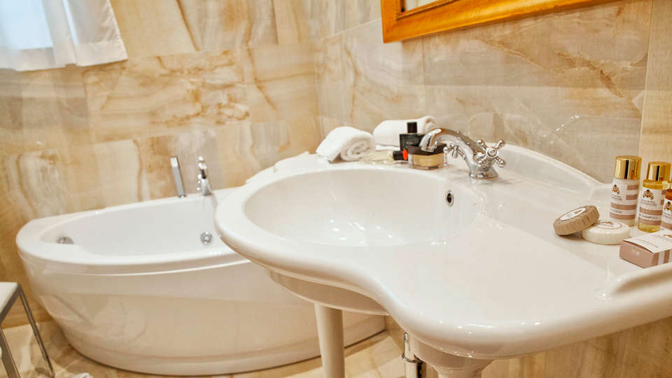 Grand Hotel Salsomaggiore - edit_bathroom.jpg