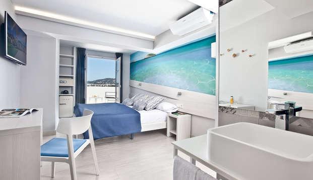 Séjournez dans un hôtel design d'Ibiza face à la mer