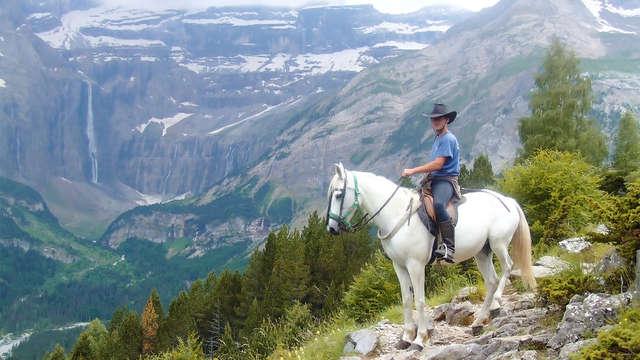 Descubre Ordesa al trote de caballo: hotel y paseo incluidos