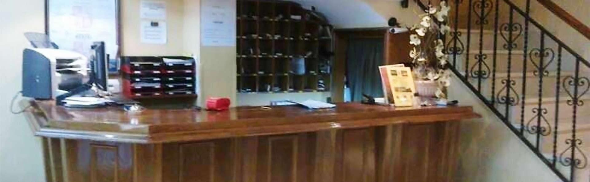 Hotel Emperatriz II - EDIT_reception1.jpg