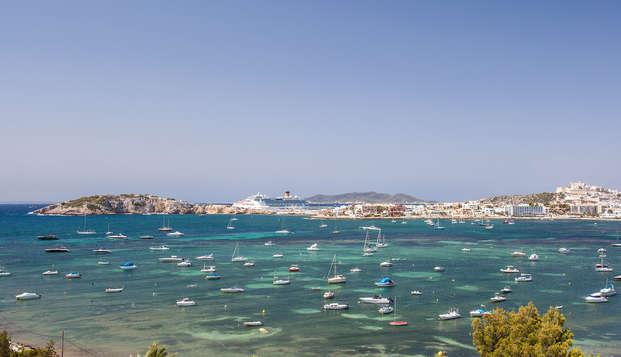 Entre las aguas cristalinas de Ibiza en un hotel 5*