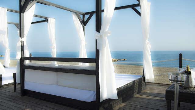 Escapada de lujo en habitación con vistas directas al mar en Marbella