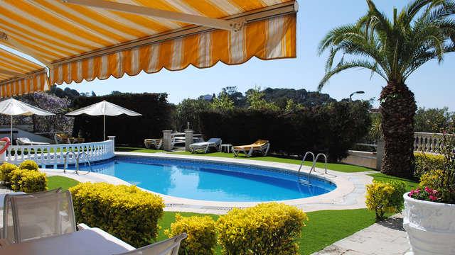 Escápate bajo el sol de Lloret con cóctel de bienvenida y habitación con terracita