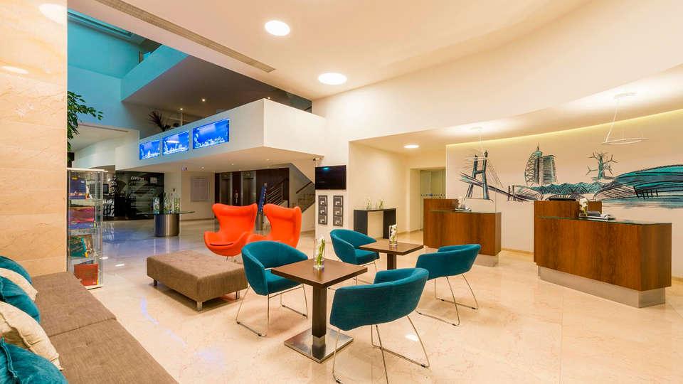 Tryp Lisboa Oriente - EDIT_lobby1.jpg