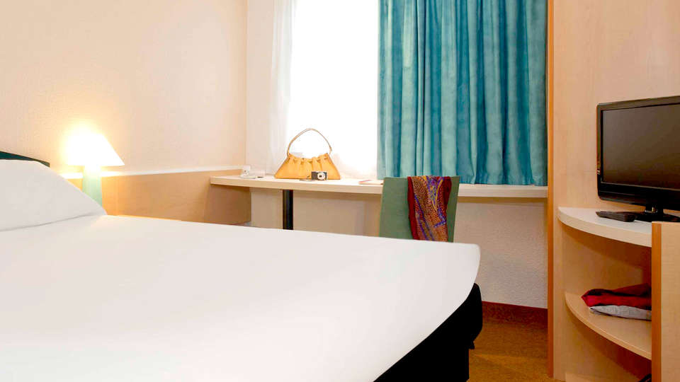 Ibis Blois Vallée Maillard - Edit_Room.jpg