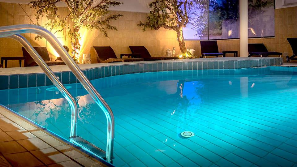 Grand Hotel Assisi - Edit_Pool4.jpg