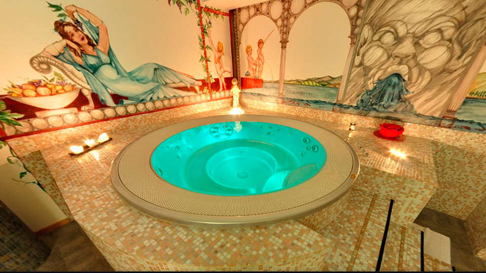 Hotel Boton D'Or - EDIT_jacuzzi.jpg