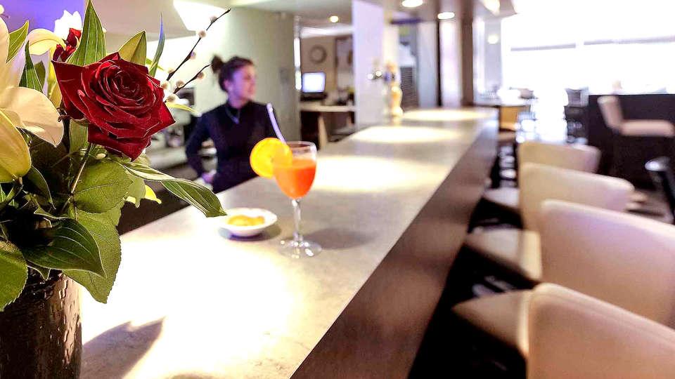Hotel Mercure Rouen Val de Reuil - Edit_Bar.jpg