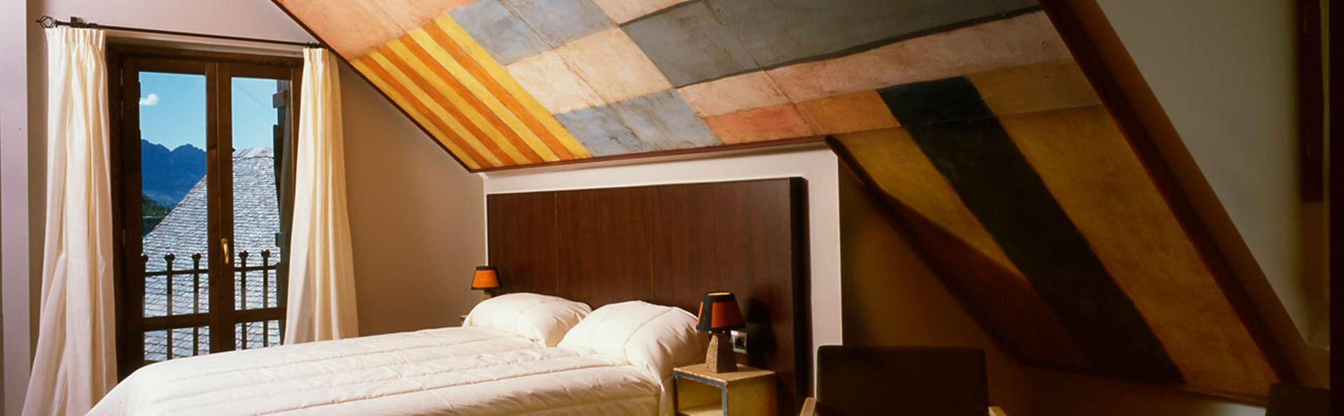 Paisajes idílicos, cava y bañera de hidromasaje en la habitación en el Valle de Tena