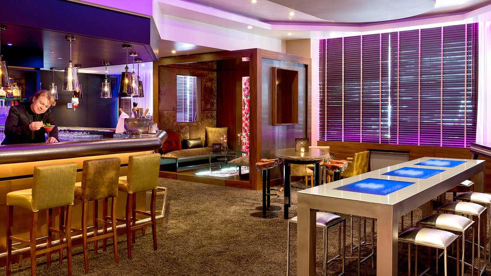 Hôtel Barrière Le Gray d'Albion Cannes - Edit_Bar.jpg
