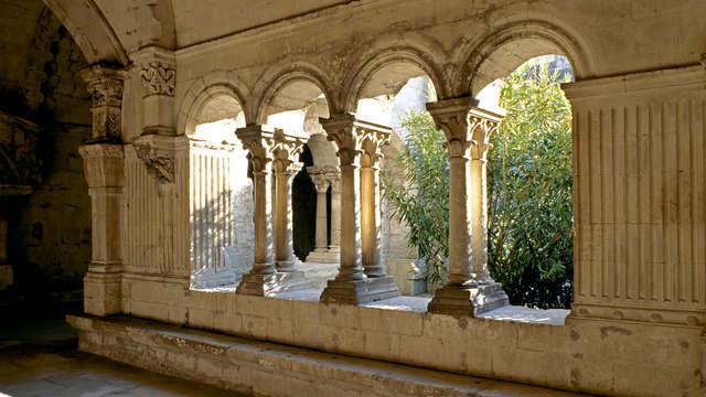 Descubre la abadía de Montmajour y alójate en una preciosa antigua capilla