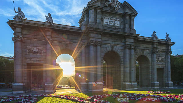 Découvrez les lieux emblématiques de Madrid avec une visite en bus et dégustez un savoureux repas