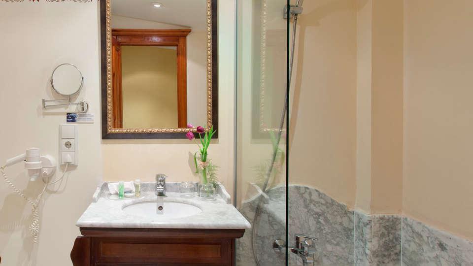 Hotel Ad Hoc Parque Golf - EDIT_bath.jpg