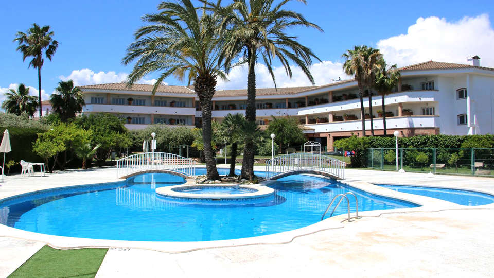 Hotel Mas Gallau - Edit_Pool.jpg