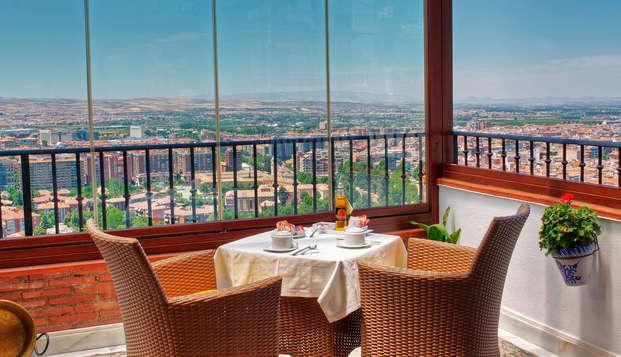 Alojáte en Granada en habitación superior en la terraza privada con copa de cava