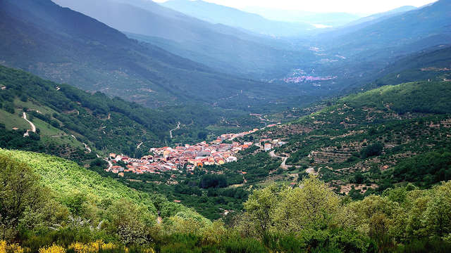 Escapada con vistas al Valle del Jerte con desayuno, bombones y botella de vino