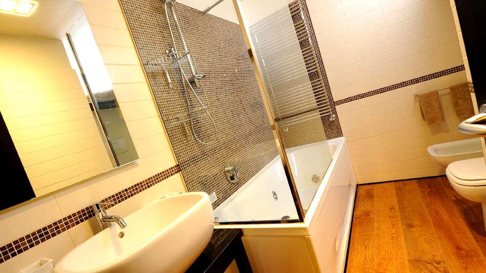 Hotel Principi di Piemonte - Edit_Bathroom.jpg