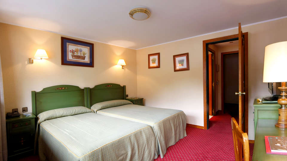 Hotel Rutllan - Edit_Room2.jpg