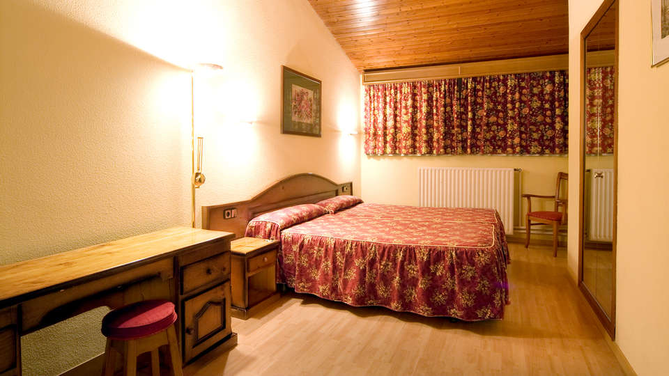 Hotel Rutllan - Edit_Room.jpg