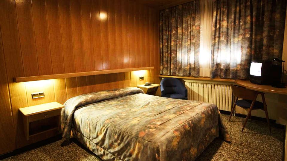 Hotel Sant Antoni - EDIT_room.jpg
