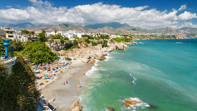 Bagno di sole sulla costa di Malaga nella località di Nerja