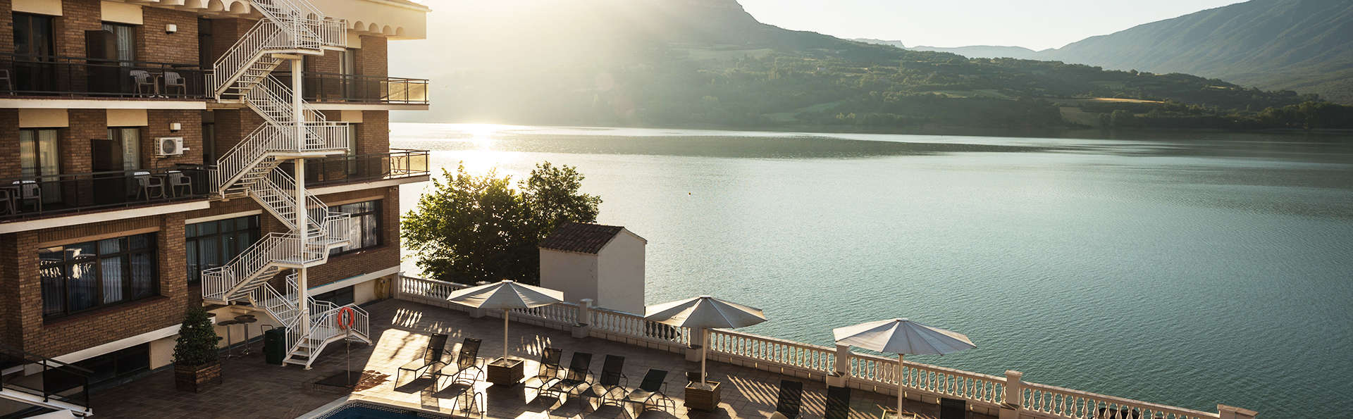 Disfruta de las vistas del Lago Terradets en habitación con terraza con pétalos de rosa
