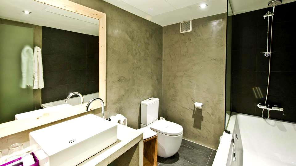 Hotel Zenit Abeba - Edit_Bathroom2.jpg