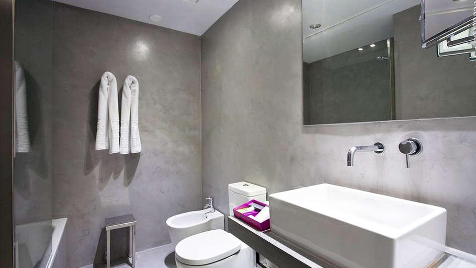 Hotel Zenit Conde de Orgaz - EDIT_bath.jpg