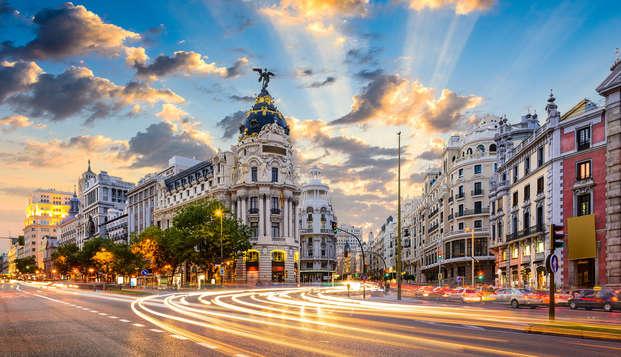 Romanticismo con botella de cava en la habitación en un exclusivo hotel de Madrid