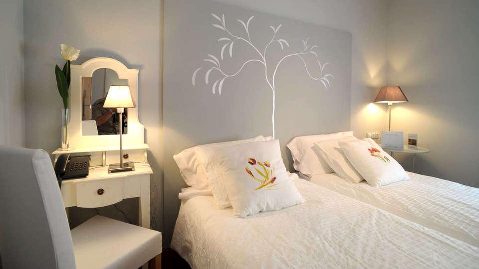 OYO Santana Hotel Restaurante - Edit_Room2.jpg