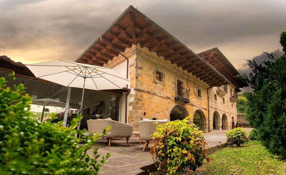 Palacio de Arce - Fachada_con_jardin.jpg