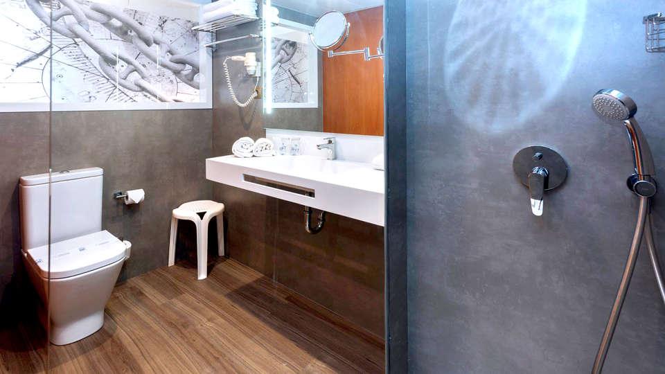 Hotel GHT Aquarium & Spa - Edit_Bathroom.jpg