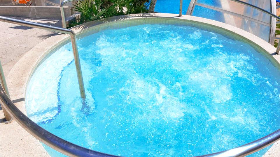 Hotel GHT Aquarium & Spa - Edit_Jacuzzi.jpg