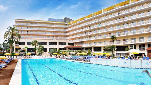 Découvrez Lloret de Mar avec vue sur la piscine et demi-pension