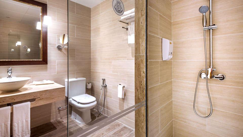 Hotel GHT Neptuno - Edit_Bathroom3.jpg