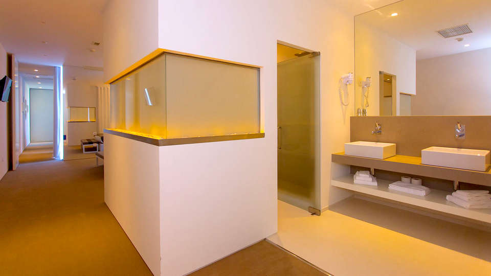 Tempus Hotel & Spa - Edit_Bathroom.jpg
