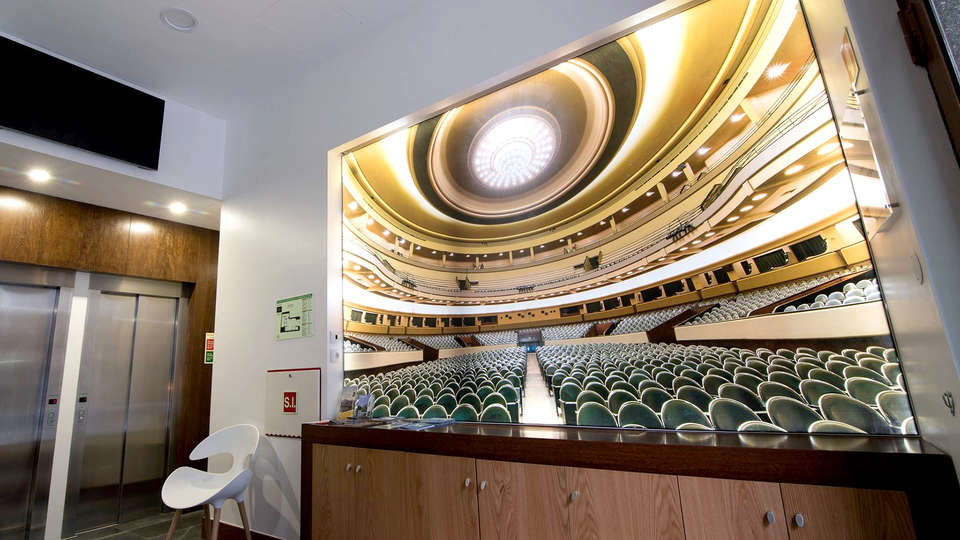 Porto Coliseum Hotel - Edit_Hall.jpg