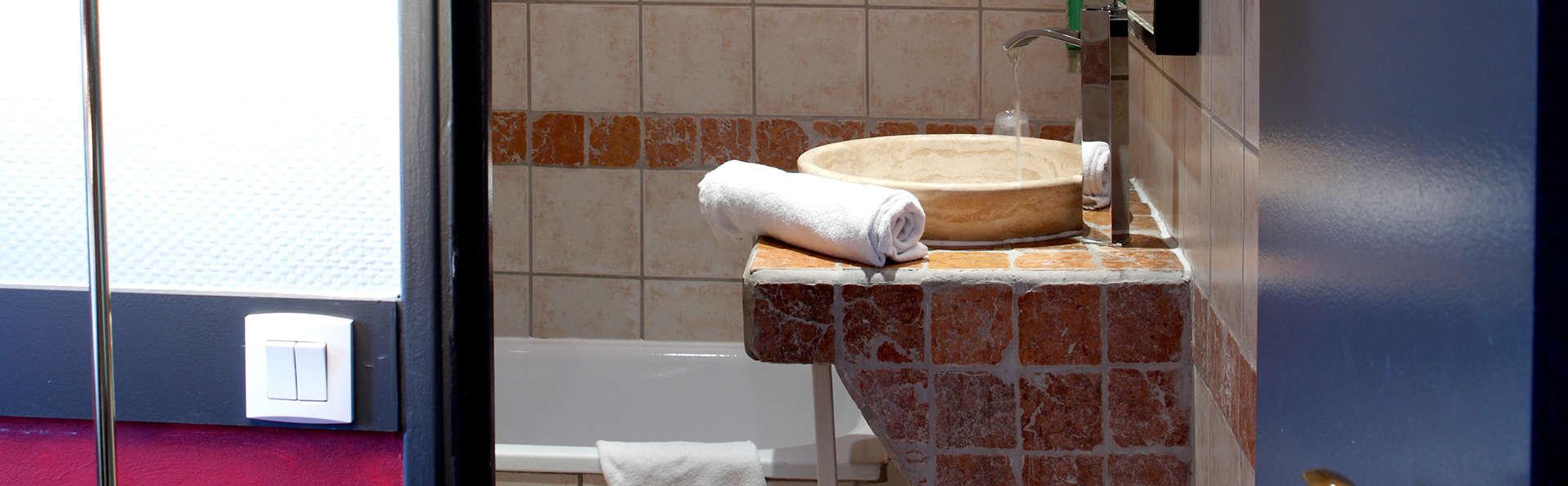 Adonis Marseille Vieux Port - Hôtel du Palais - Edit_Bathroom2.jpg