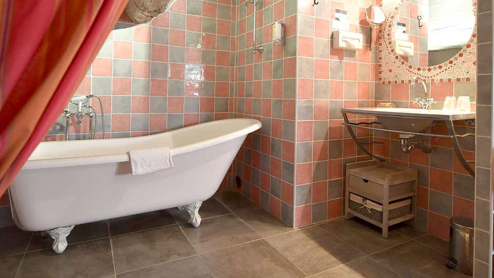 Auberge de Tavel - Edit_bathroom.jpg