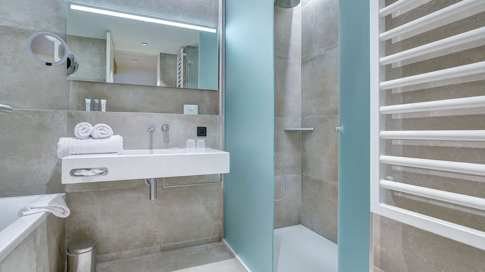 R hotel experiences - EDIT_NEW_bathsuite.jpg