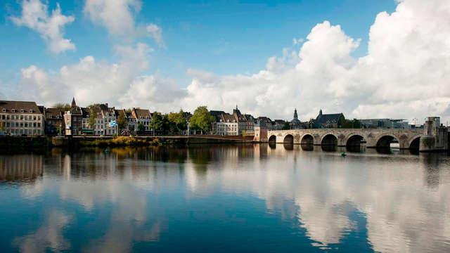 Alójate en pleno centro de Maastricht con botella de vino