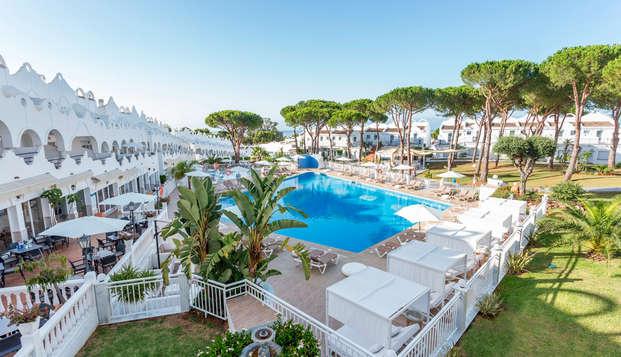 Descubre la Costa del Sol en un resort con media pensión, salida tardía y parking gratuito