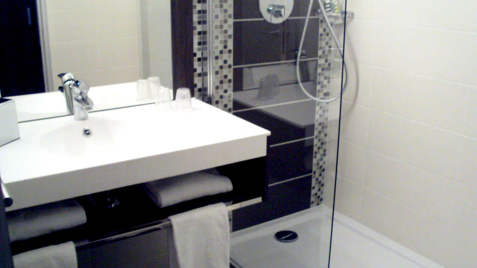 Best Western Plus d'Evreux - Edit_Bathroom.jpg