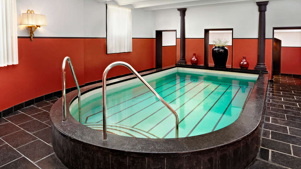 Hotel Des Indes - Edit_Pool.jpg