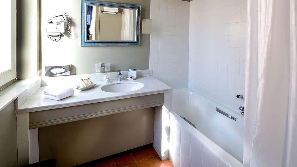 Cavendish - Edit_Bathroom.jpg