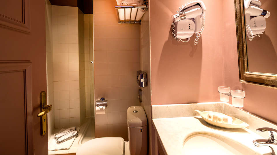 Cavendish - Edit_Bathroom2.jpg