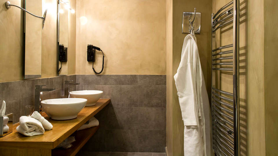 Charme & Business Hotel - Edit_Bathroom2.jpg