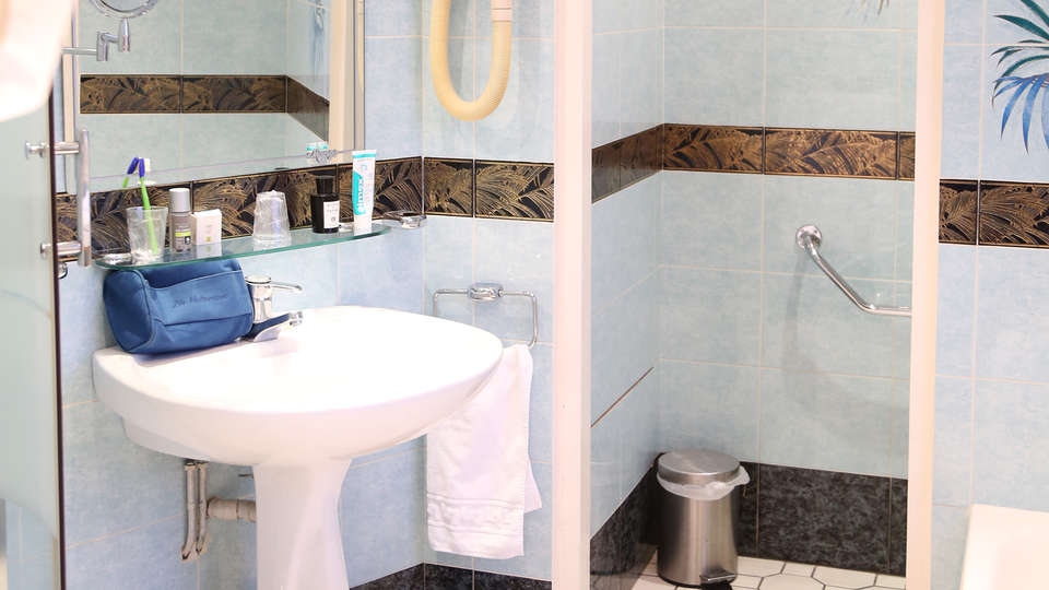 Hostellerie Saint Pierre - Edit_Bathroom.jpg
